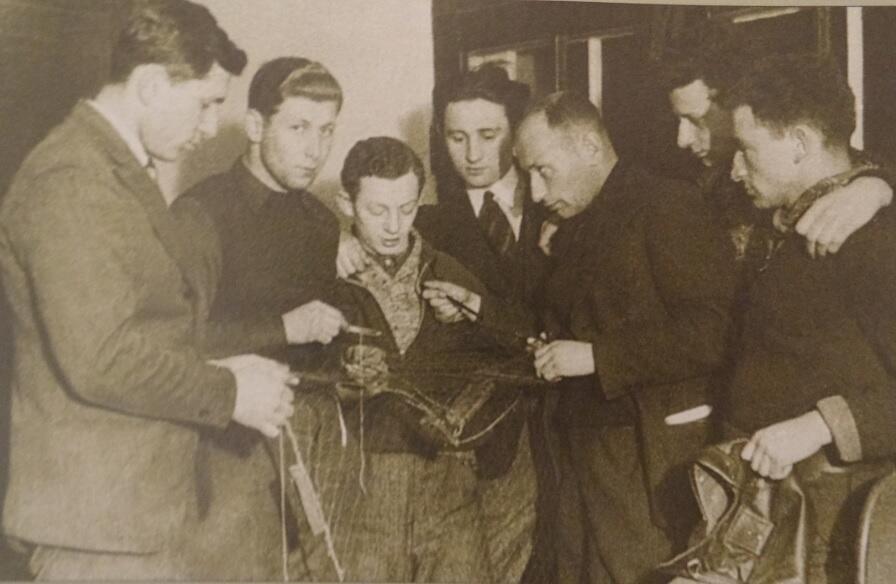 Gustav Pietsch (trzeci z prawej) z uczniami żydowskiej szkoły rybackiej podczas lekcji, 1938