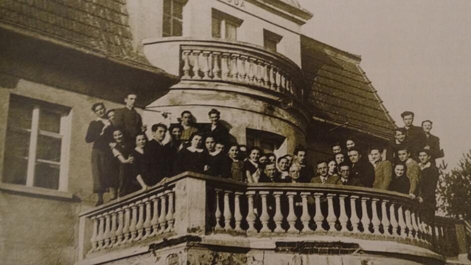 """Siedzibą internatu żydowskiej szkoły rybackiej była willa """"Zgoda"""" na Kamiennej Górze w Gdyni. Na zdjęciu nauczyciele i uczniowie szkoły, Gustav Pietsch siedzi pierwszy z lewej, 1938"""