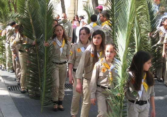 Liście palmowe z Niedzieli Palmowej palone są przez wiernych po Liturgii Wielkiej Nocy, która rozpoczyna się w Wielką Sobotę.