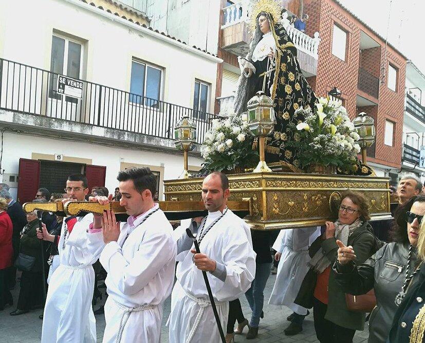 Procesje z wielkimi religijnymi rzeźbami, niesionymi przez ulice miasta są charakterystyczne dla obchodów Świąt Wielkanocnych w Hiszpanii.