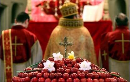 """W prawosławnej Armenii słowo Wielkanoc to  Zatik, co pochodzi od słowa """"zartnel"""", czyli obudzić się. Na zdjęciu uroczystości Wielkanocne w cerkwii."""