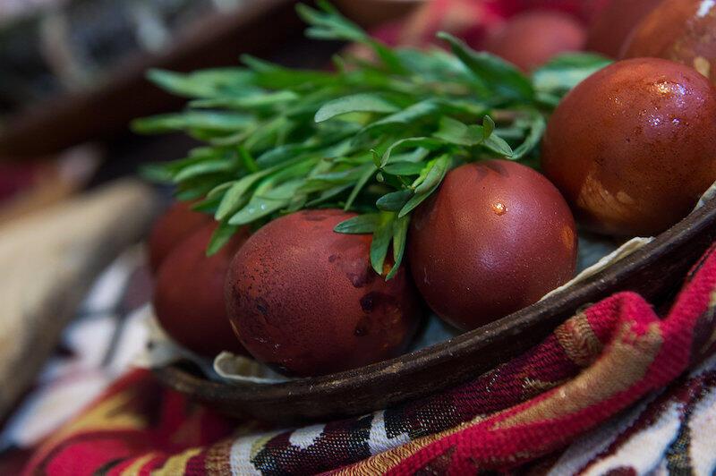 Jajka malowane w łupinach cebuli.