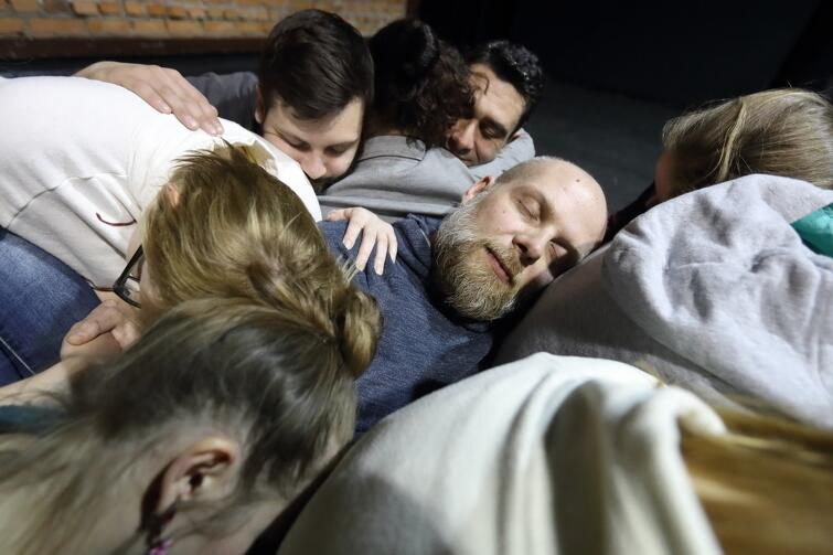 W ramach wdrażania Modelu Integracji w Gdańsku, pracownicy Gdańskiego Archipelagu Kultury wspólnie z imigrantami przygotowują spektakl 'Jak ktoś chce, to nie mówi/Lekcja człowieczeństwa'. To pierwszy projekt teatralny w naszym mieście, w którym imigranci i gdańszczanie wspólnie stworzyli sztukę i razem w niej występują