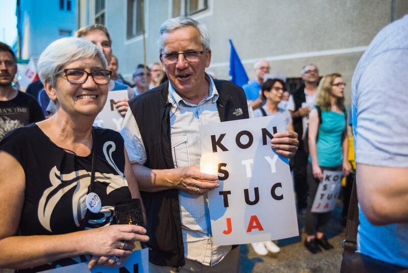 Latem ubiegłego roku w Gdańsku, przeciwnicy zmian w sądownictwie protestowali pod siedzibą sądu Apelacyjnego i Okręgowego. Nz.: 30 lipca 2017 roku pod Sądem Okręgowym w Gdańsku