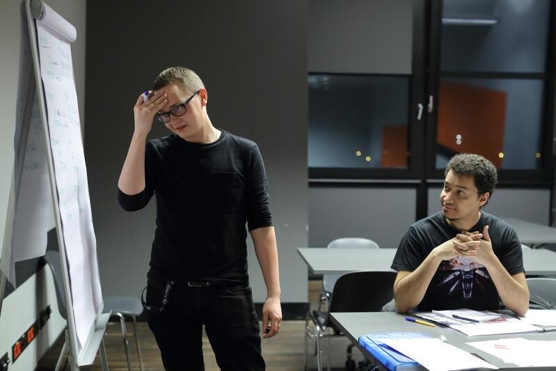 Matti Jalkanen z Finlandii rozprawia się z przyimkami statycznymi i dynamicznymi w języku polskim. Kibicuje mu Denis da Silva z Brazylii