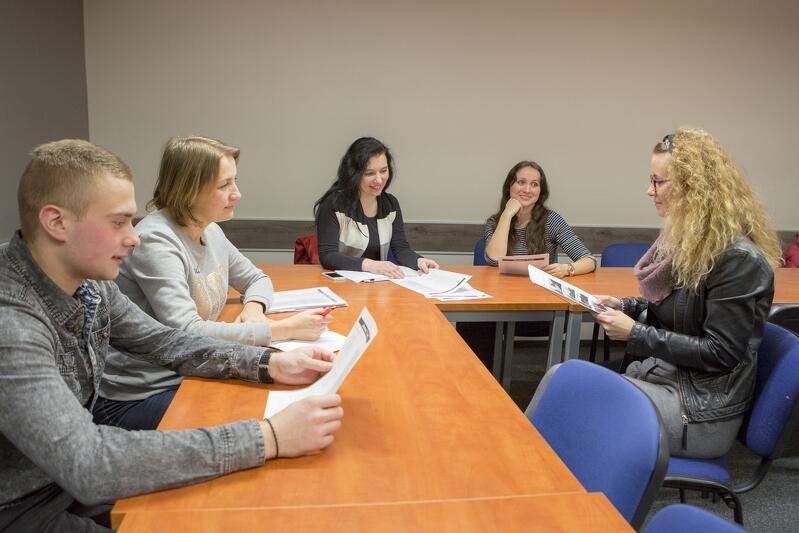 Jarek, Olga, Wiktoria, Irina i lektorka Dominika Latoch. Zajęcia w grupie najbardziej zaawansowanej z języka polskiego