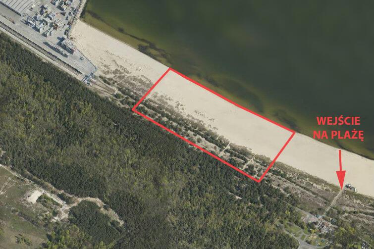 Plaża na Stogach z lotu ptaka. Czerwony prostokąt oznacza obszar od ogrodzenia terenu Portu Gdańsk w kierunku wschodnim, który być może w przyszłości pójdzie pod portowe inwestycje