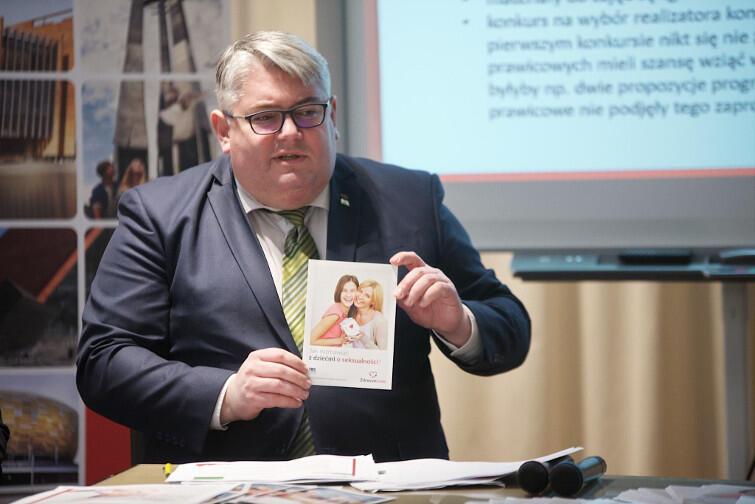 Wiceprezydent Piotr Kowalczuk prezentuje broszurę 'Zdrowe Love. Jak rozmawiać z dziećmi o seksualności?'