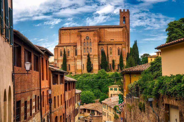 Piękne włoskie miasto z charakterystyczną zabudową na wzgórzach porośniętych cyprysami - to toskańska Siena. Co stoi za jej fenomenem? Jakie skrywa tajemnice?