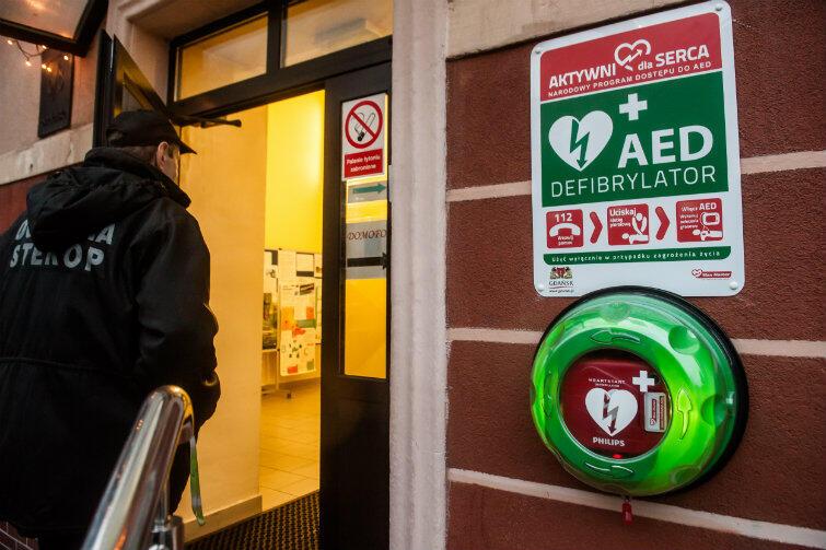 Defibrylatory w Gdańsku są już w wielu miejscach - tutaj: na ścianie Centrum Kształcenia Ustawicznego Nr 2, ul. Smoleńska 6/8