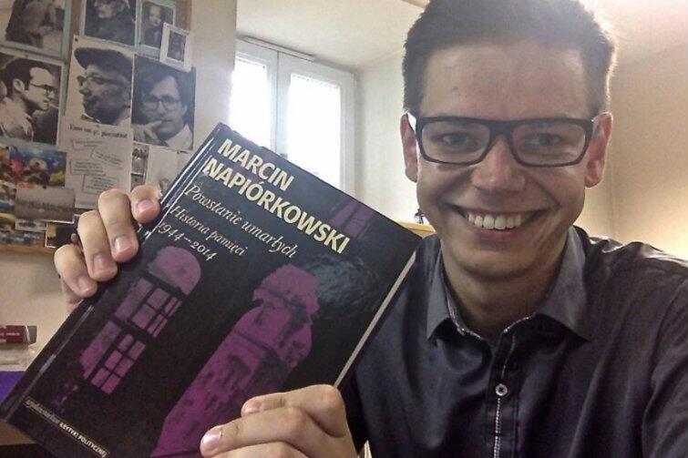 Marcin Napiórkowski z bodajże najważniejszą dotąd swoją pracą - książką 'Powstanie umarłych. Historia pamięci 1944-2014', która dotyczy powstania warszawskiego