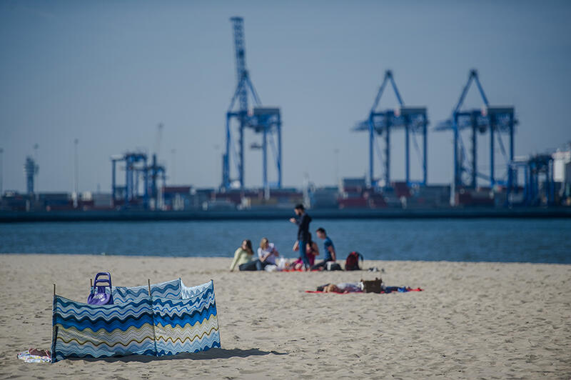 Plaża na Stogach, w tle terminal kontenerowy DCT