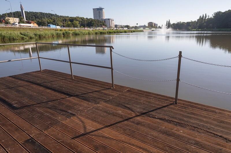 Zbiornik Srebrniki w pełnej sezonowej krasie - z fontanną