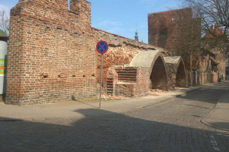 Średniowieczne mury przy ulicy Latarnianej w Gdańsku - stan na kwiecień 2018 r.