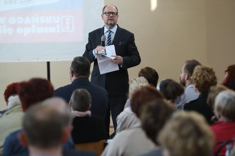 Prezydent Paweł Adamowicz opowiadał mieszkańcom m.in. o planowanych w Oruni inwestycjach