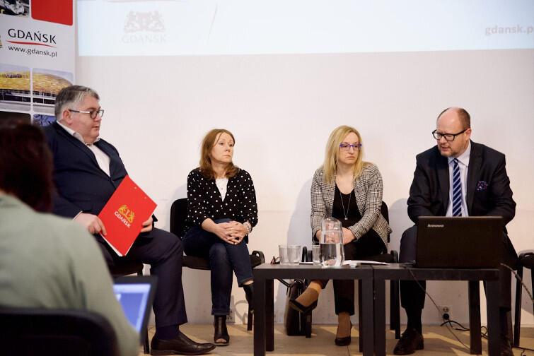 Miasto zrefunduje szczepionki przeciw HPV do 1500 zł. Od lewej: Piotr Kowalczuk, Beata Dunajewska, Agnieszka Owczarczak i Paweł Adamowicz