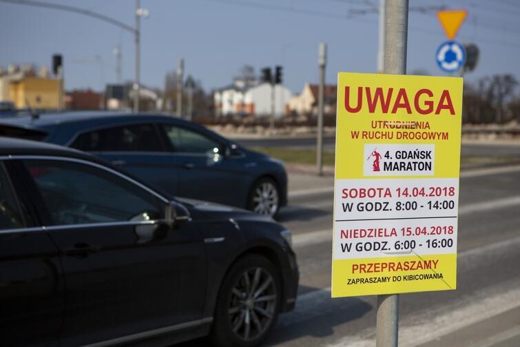 Tabliczki informujące o utrudnieniach w ruchu drogowym związanych z organizacją 4. Gdańsk Maratonu przy konkretnych ulicach pojawiły się już kilka dni przed imprezą