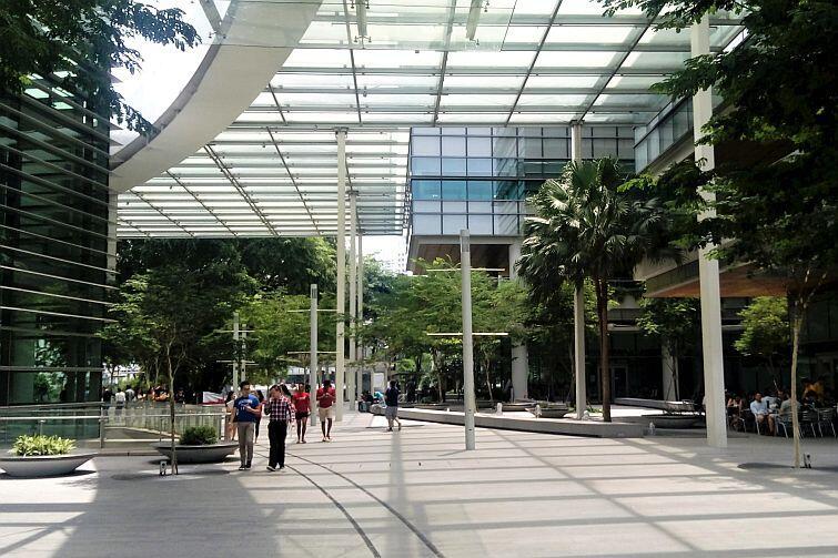 """University Town (miasteczko akademickie), czyli akademiki, centra sportowe, """"Hawker centres"""" oraz całodobowy Starbucks"""
