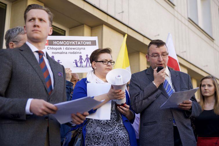 Organizatorem protestów był m.in. Kongres Nowej Prawicy oraz Fundacja Mamy i Taty
