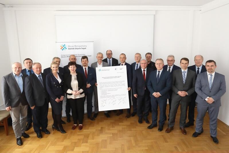 Samorządowcy Obszaru Metropolitalnego, a po środku podpisana deklaracja o wspólnych zakupach w 2018 r.