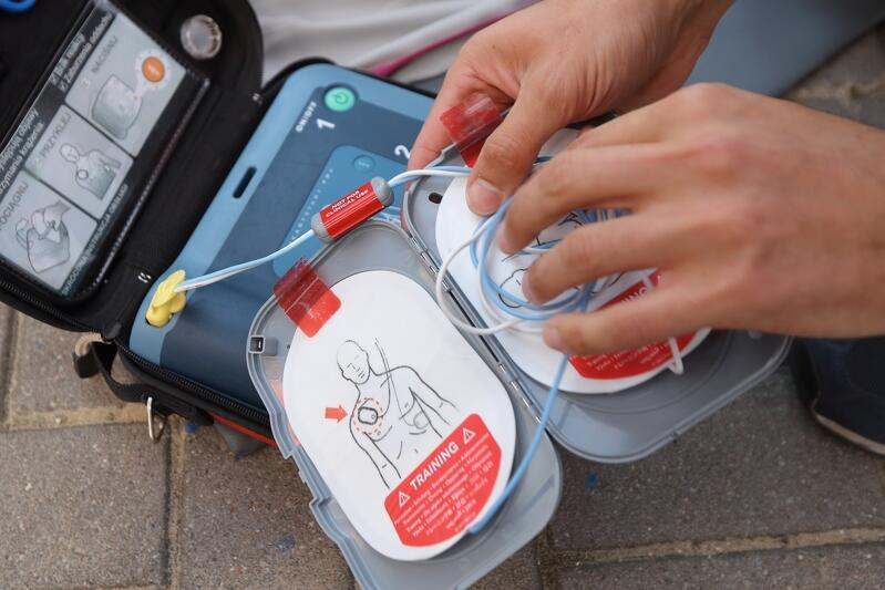 Defibrylator AED - niepozorna skrzyneczka dzięki której każdy może pomóc ratować życie