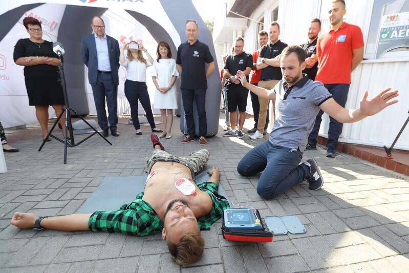 W trakcie przekazania defibrylatorów odbył się pokaz użycia urządzenia