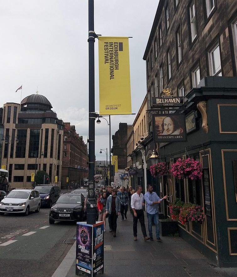 Kila tygodni przed festiwalem w mieście pojawiają się banery informujące o wydarzeniu i witające przyjeżdżających turystów