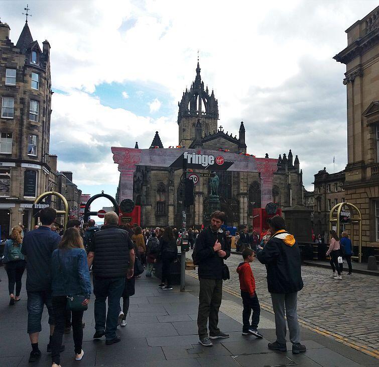 Przechodząc główną ulicą starego miasta, Royal Mile, nie da się nie zignorować festiwalu