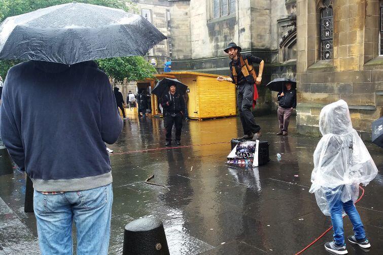 Artyści występujący na ulicach muszą być przygotowani na deszcz