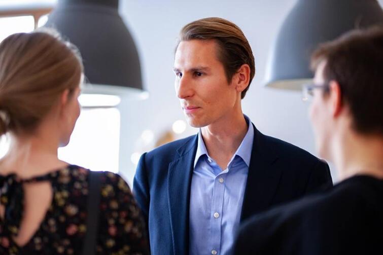 Kacper Płażyński podczas spotkania ze swoimi sympatykami w kawiarni 'Fusy Miętusy'