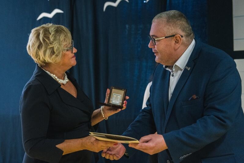 Mariola Cyranek otrzymała z rąk wiceprezydenta Kowalczuka Medal na 100-lecie Niepodległości