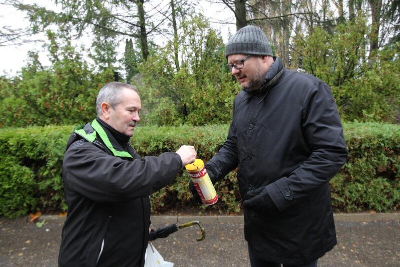 Wśród kwestujących co roku spotkać możemy Pawła Adamowicza. Kto ma ochotę wrzucić datek do puszki prezydenta Gdańska, powinien wypatrywać włodarza na Cmentarzu Łostowice 1 listopada, około południa