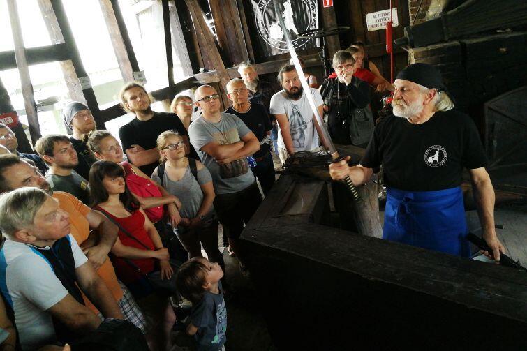 Mistrz kowalski Krzysztof Panas demonstruje miecz katana