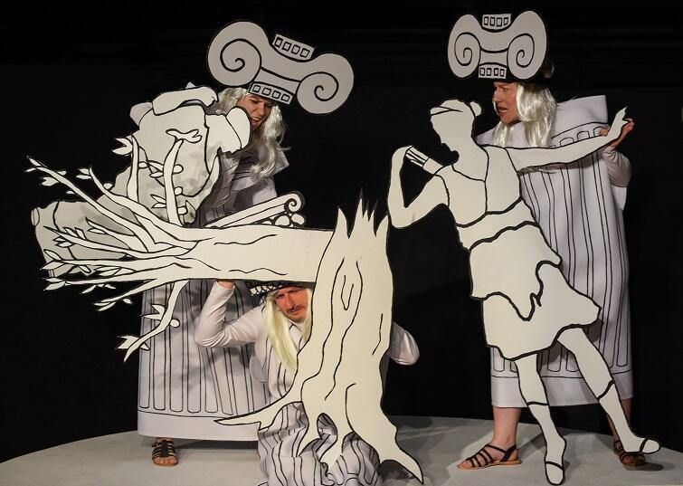 Na scenie zobaczymy lalki planszetowe, które animują aktorzy trzymając je przed sobą jak tarcze