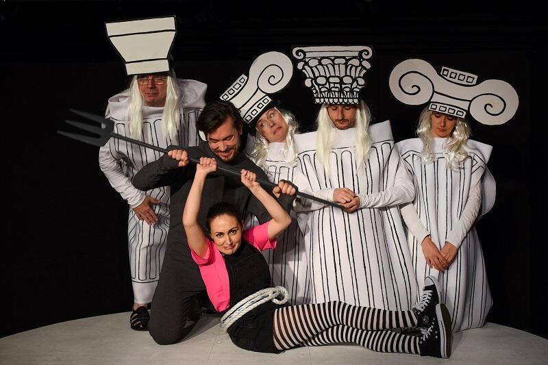 'Mity greckie' w Miejskim Teatrze Miniatura. Chór w kostiumach w kształcie greckich kolumn. Kto zgadnie, która to jońska, a która dorycka?