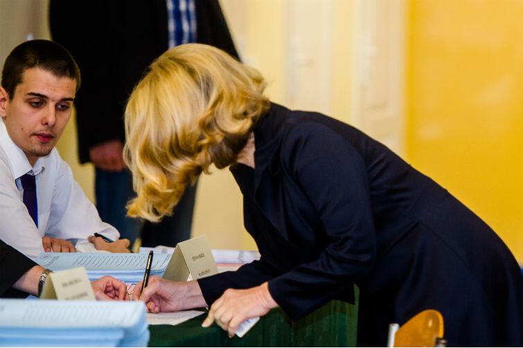 Najpierw znajdź właściwy lokal wyborczy, potem okaż dokument tożsamości ze zdjęciem, odbierz karty i potwierdź ich odbiór własnoręcznym podpisem a potem... głosuj