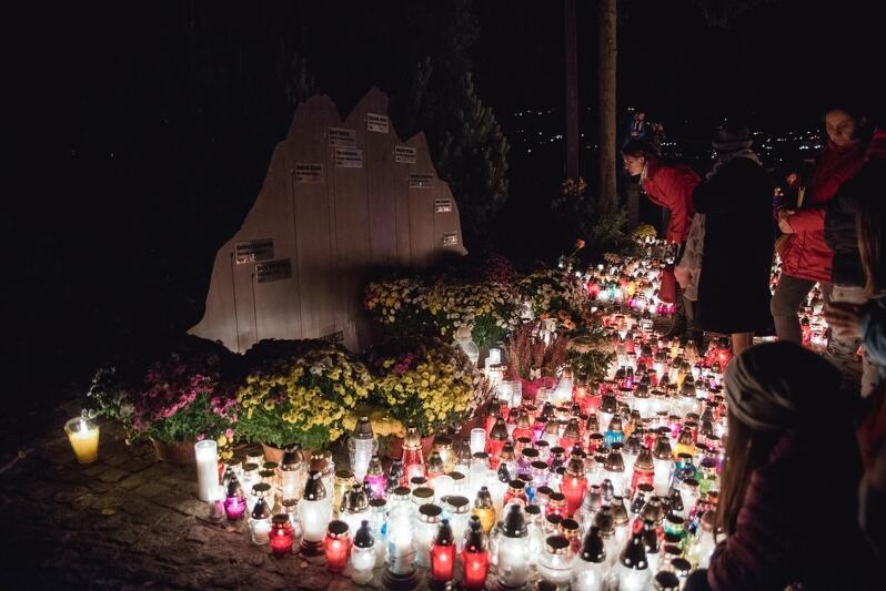 Poświęcone alpinistom miejsce pamięci na cmentarzu Srebrzysko - gdańszczanie nie przechodzą obok niego obojętnie
