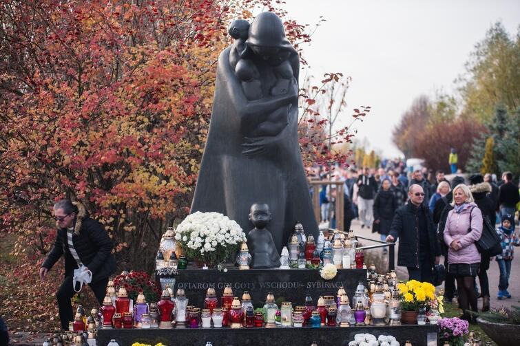 Przejmujący swoją wymową pomnik Golgota Wschodu na cmentarzu Łostowickim