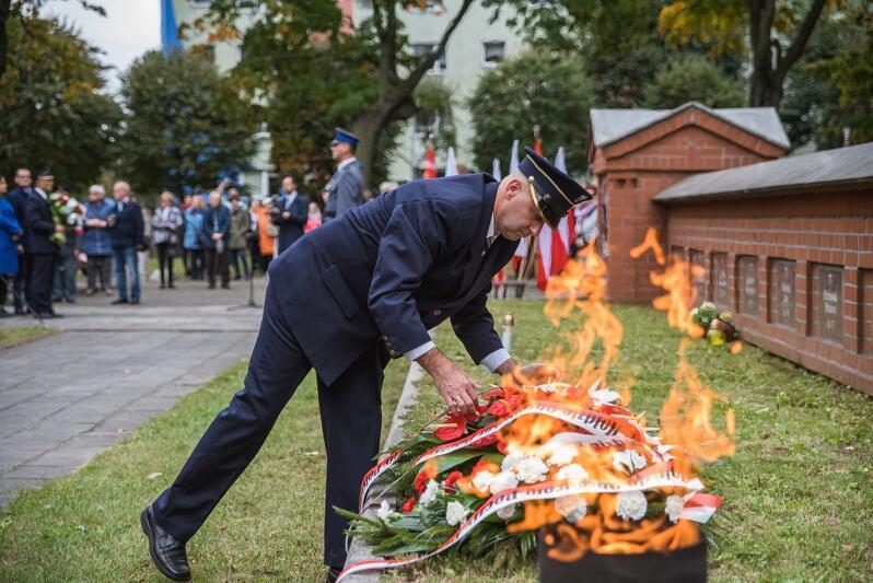 W piątek, 5 października, w 79. rocznicę rozstrzelania Obrońców Poczty Polskiej uroczystości upamiętniające tamte tragiczne wydarzenia odbyły się pod pomnikiem Obrońców Poczty na Cmentarzu Bohaterów Zaspa  w Gdańsku. W uroczystościach wzięli udział przedstawiciele władz samorządowych, weterani, kombatanci, pracownicy Poczty Polskiej i uczniowie gdańskich szkół