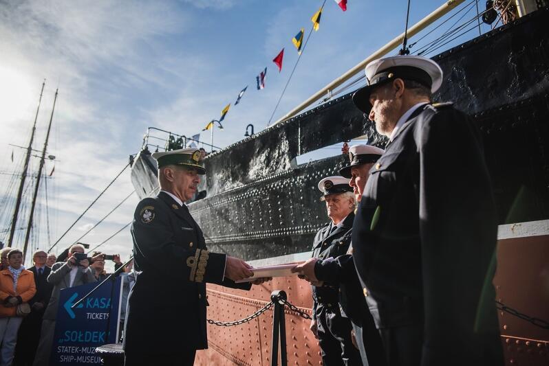 """W piątek, 19 października, na nabrzeżu Motławy odbyła się uroczystość urodzinowa """"Sołdka"""". Statek - muzeum kończy 70 lat. Podczas uroczystości """"Sołdek"""" został ponownie poświęcony i zawisła na nim nowa bandera"""