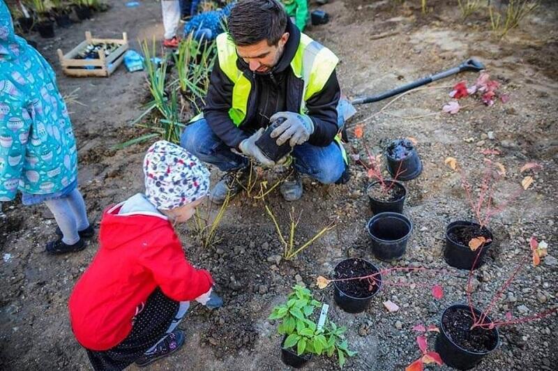 Pracownikom Gdańskich Wód w sadzeniu roślin pomagały dzieci z pobliskiego Przedszkola nr 2