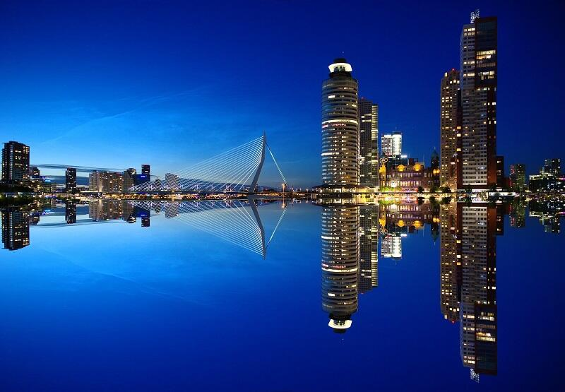 Nocna panorama Rotterdamu z mostem Erasmusa
