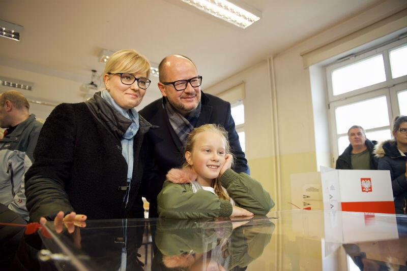 Paweł Adamowicz głosował z żoną i córką