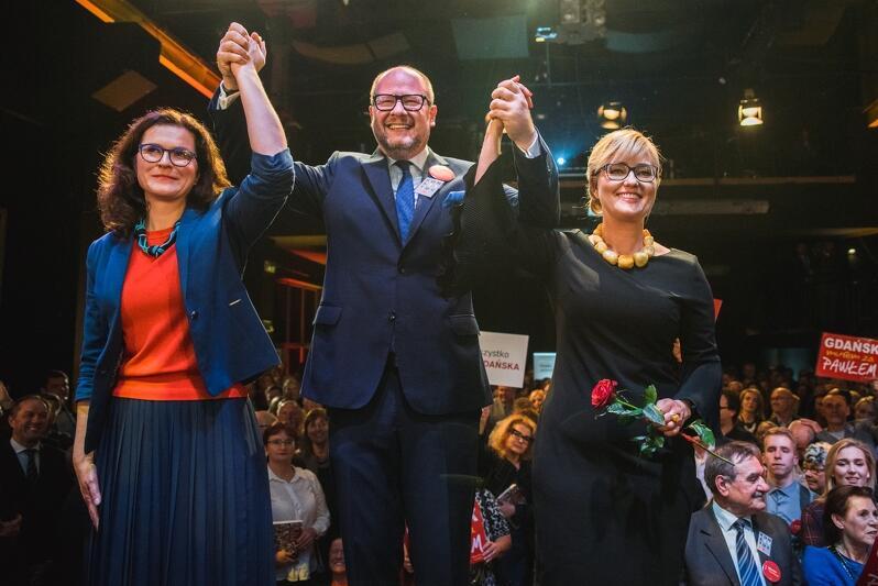 Paweł Adamowicz w centrum wyborczym z żoną Magdaleną (po prawej) oraz szefową sztabu wyborczego Aleksandrą Dulkiewicz