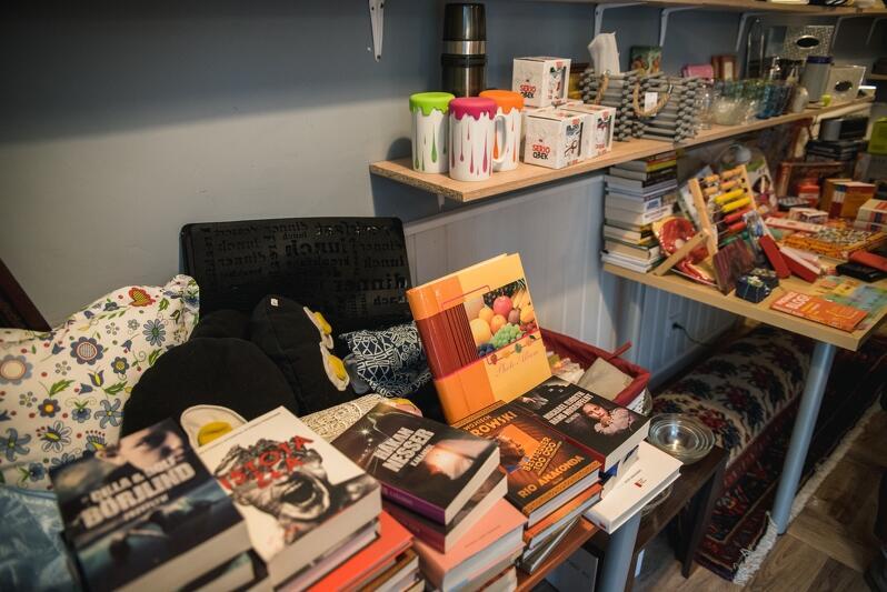 Bibeloty, naczynia, książki, a może poduszki?