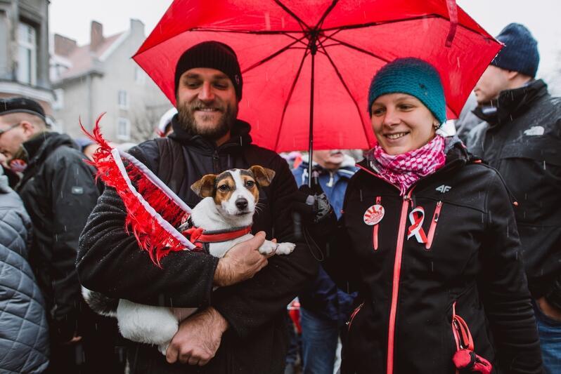 Ani zła pogoda, ani pies pozostawiony sam w domu... nie mogą być wymówką, jeśli mamy realną potrzebę uczestniczyć w tym wyjątkowym wydarzeniu, jakim jest Parada Niepodległości