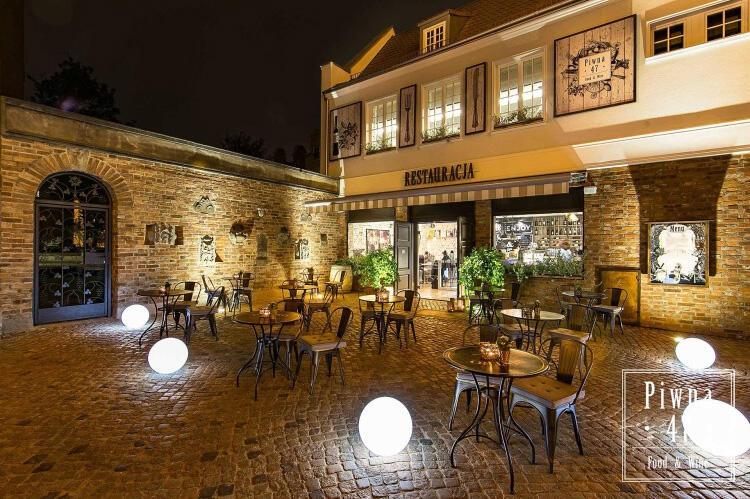 Restauracja Piwna 47 Food and Wine znajduje się w sąsiedztwie Bazyliki Mariackiej