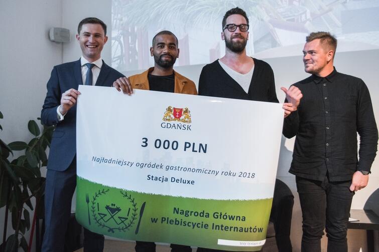 Najwięcej głosów internautów otrzymał ogródek Stacji De Luxe. Na zdjęciu współwłaściciele lokalu oraz wiceprezydent Gdańska, Piotr Grzelak (pierwszy z lewej)