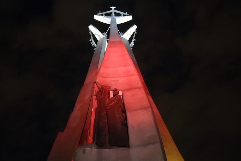 To już nie pierwszy raz, gdy biało-czerwoną iluminację zyskuje pomnik Poległych Stoczniowców - ostatnio było tak 1 maja tego roku