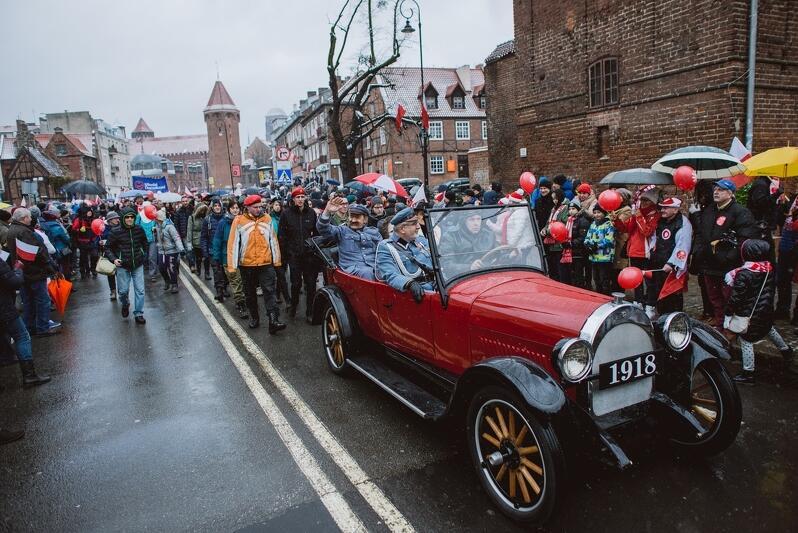Parada Niepodległości to także przejazd starych samochodów